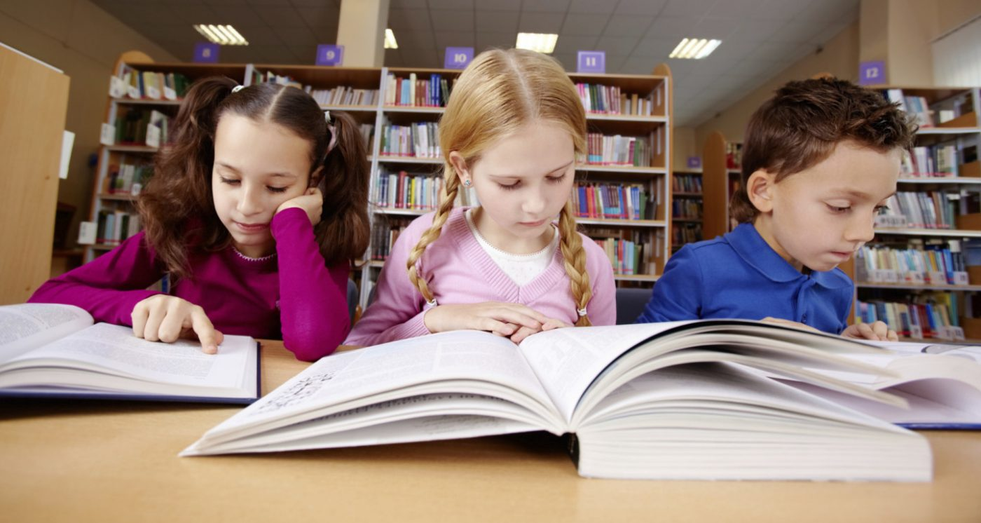 kids-reading-books-in-the-classroom