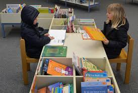 children-comraring-reading