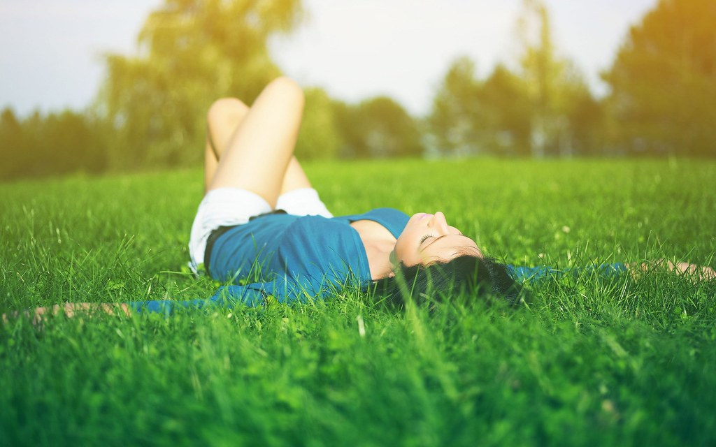 woman-lying-on-the-grass
