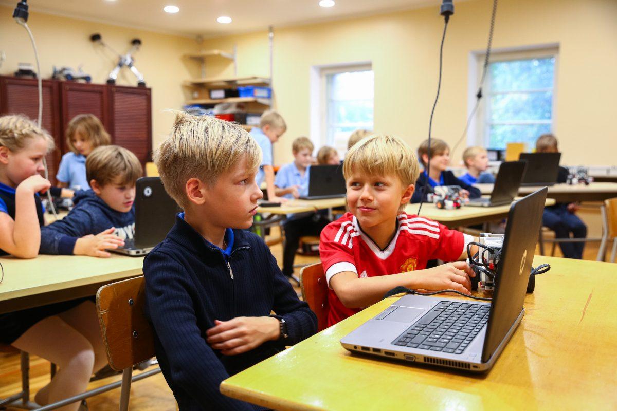 children-in-computer-class