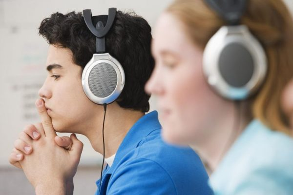 teenagers-studying-with-headphones